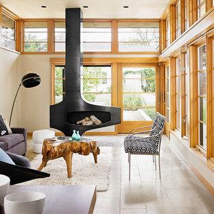 Aménagement d'un salon scandinave de taille moyenne et ouvert avec un sol en calcaire, cheminée suspendue, une salle de réception, un mur beige, un manteau de cheminée en métal, aucun téléviseur et un sol beige.