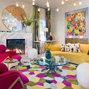 Пример оригинального дизайна: парадная гостиная комната в стиле фьюжн с разноцветными стенами, стандартным камином, фасадом камина из камня, потолком с обоями и обоями на стенах без ТВ