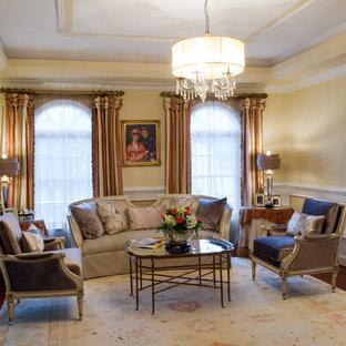 ワシントンD.C.の大きいトランジショナルスタイルのおしゃれなLDK (フォーマル、黄色い壁、無垢フローリング) の写真