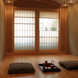Cette image montre un salon asiatique avec un mur marron et un sol en bois brun.