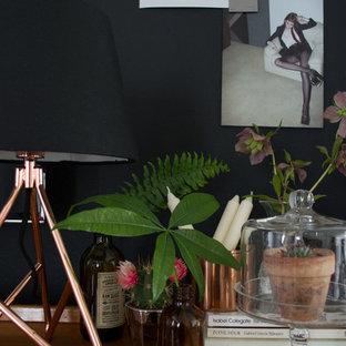 ケントの中サイズの北欧スタイルのおしゃれなLDK (黒い壁、カーペット敷き、標準型暖炉、木材の暖炉まわり、壁掛け型テレビ) の写真
