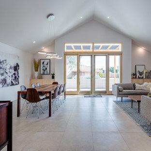 Esempio di un soggiorno chic aperto con sala formale, pavimento in gres porcellanato e pavimento bianco