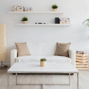 Imagen de salón abierto, nórdico, sin chimenea, con paredes blancas, suelo de madera clara y suelo beige