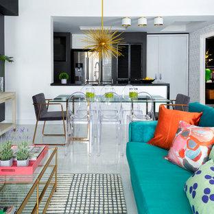 Ispirazione per un piccolo soggiorno eclettico aperto con sala formale, pareti nere, pavimento in gres porcellanato e pavimento bianco