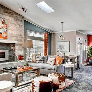 Ejemplo de salón para visitas abierto, clásico renovado, grande, sin televisor, con parades naranjas, moqueta, chimenea lineal, marco de chimenea de baldosas y/o azulejos y suelo azul