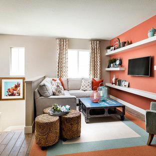 Modelo de salón para visitas tipo loft, tradicional renovado, de tamaño medio, con parades naranjas y pared multimedia