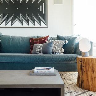 Idee per un soggiorno boho chic di medie dimensioni e aperto con pareti bianche, pavimento in legno massello medio, camino classico e cornice del camino in intonaco