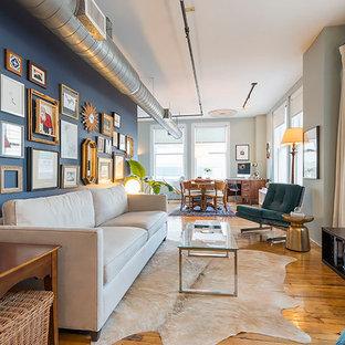 Foto de salón tipo loft, moderno, pequeño, con paredes azules y suelo de madera pintada