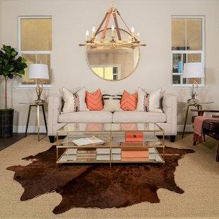 Immagine di un piccolo soggiorno tradizionale aperto con pareti beige, pavimento in vinile, nessuna TV e pavimento marrone