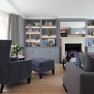 Diseño de salón para visitas cerrado, clásico renovado, grande, con paredes grises, suelo laminado, estufa de leña y marco de chimenea de madera