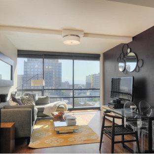 Diseño de salón abierto, contemporáneo, de tamaño medio, con paredes púrpuras, suelo de madera en tonos medios y televisor independiente