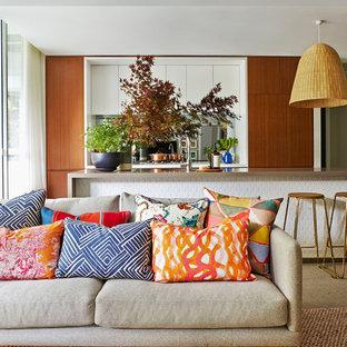Diseño de salón abierto, contemporáneo, de tamaño medio, con paredes grises y moqueta