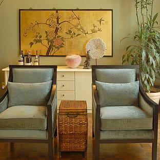 Foto di un soggiorno contemporaneo di medie dimensioni e stile loft con pareti verdi, pavimento in legno massello medio, camino classico e cornice del camino in legno