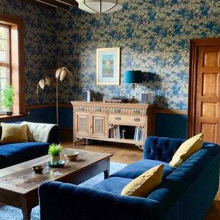 Idee per un ampio soggiorno boho chic chiuso con sala formale, pareti blu, nessuna TV, pavimento marrone e pavimento in legno massello medio