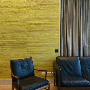 Ispirazione per un soggiorno moderno aperto con pareti multicolore, parquet chiaro, TV a parete e pavimento beige