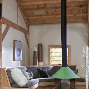 他の地域のカントリー風おしゃれなリビング (白い壁、薪ストーブ、ターコイズの床) の写真