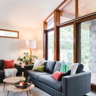 Ispirazione per un grande soggiorno moderno aperto con pareti bianche, pavimento in ardesia, stufa a legna, cornice del camino in intonaco, TV a parete e pavimento marrone