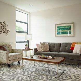 Mittelgroßes, Repräsentatives, Offenes Modernes Wohnzimmer mit weißer Wandfarbe und Sperrholzboden in Los Angeles