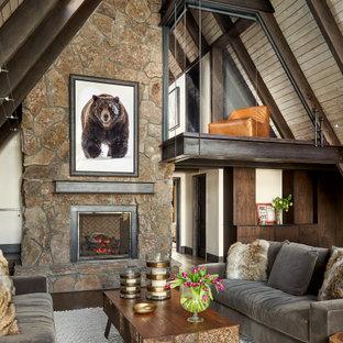 Immagine di un soggiorno stile rurale aperto con parquet scuro, camino classico, cornice del camino in pietra e pavimento marrone
