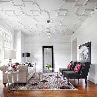 Immagine di un soggiorno design con pareti bianche e pavimento marrone