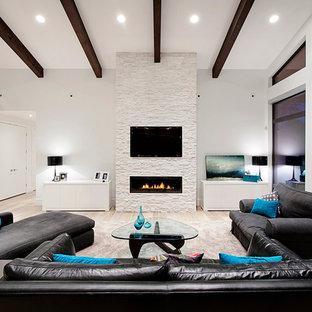 バンクーバーのコンテンポラリースタイルのおしゃれなリビング (白い壁、横長型暖炉、壁掛け型テレビ) の写真