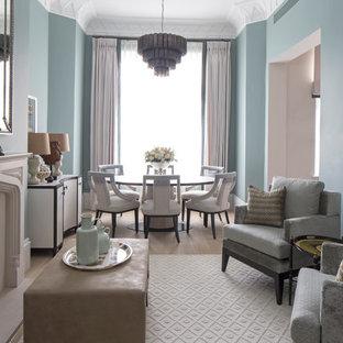 ロンドンのトランジショナルスタイルのおしゃれなリビング (青い壁、淡色無垢フローリング、標準型暖炉) の写真
