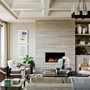 Modelo de salón para visitas abierto, tradicional renovado, grande, sin televisor, con paredes beige, chimenea lineal, suelo de madera en tonos medios, marco de chimenea de piedra y suelo marrón