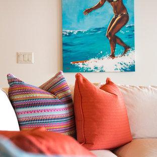 ハワイの中サイズのビーチスタイルのおしゃれなLDK (白い壁、淡色無垢フローリング、暖炉なし、フォーマル、テレビなし、茶色い床) の写真