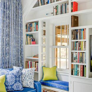 Foto di un piccolo soggiorno chic stile loft con libreria, pareti bianche, pavimento in legno verniciato, parete attrezzata e pavimento blu