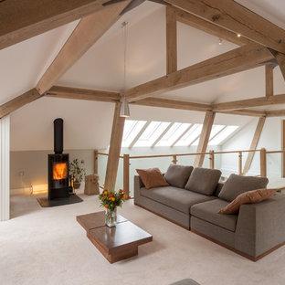 Idee per un soggiorno design di medie dimensioni e stile loft con sala formale, pareti multicolore, moquette e stufa a legna