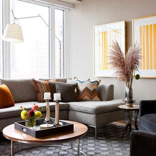 Modelo de salón abierto, minimalista, grande, con suelo de madera clara y paredes marrones