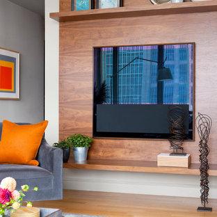 ボストンの中サイズのモダンスタイルのおしゃれなLDK (グレーの壁、淡色無垢フローリング、壁掛け型テレビ) の写真