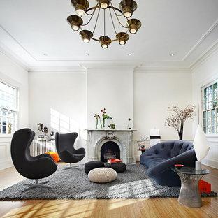Ispirazione per un grande soggiorno contemporaneo con pareti bianche, camino classico e nessuna TV