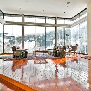 Ispirazione per un soggiorno minimal aperto con pareti beige, pavimento in legno massello medio, camino lineare Ribbon e pavimento arancione