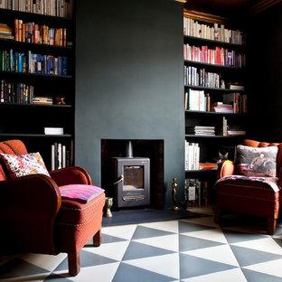Mittelgroße, Abgetrennte Stilmix Bibliothek mit schwarzer Wandfarbe, Keramikboden und Kaminofen in London