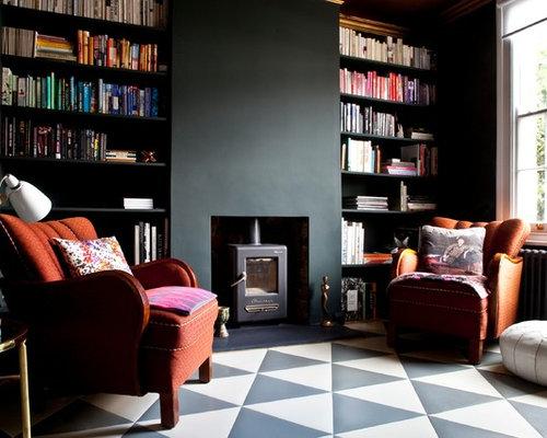 Soggiorno con pavimento con piastrelle in ceramica e pareti nere