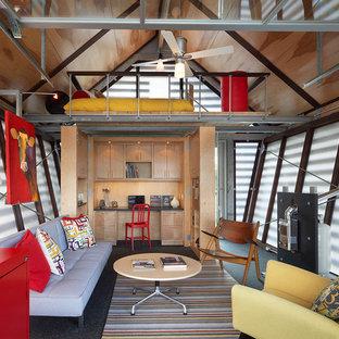 Пример оригинального дизайна: маленькая гостиная комната в стиле фьюжн с разноцветными стенами и светлым паркетным полом без камина, ТВ