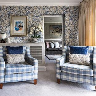 エセックスの中くらいのトラディショナルスタイルのおしゃれなリビング (マルチカラーの壁、カーペット敷き、グレーの床) の写真