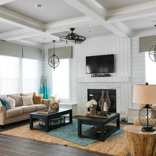 ジャクソンビルの中くらいのビーチスタイルのおしゃれなリビング (白い壁、セラミックタイルの床、標準型暖炉、壁掛け型テレビ) の写真