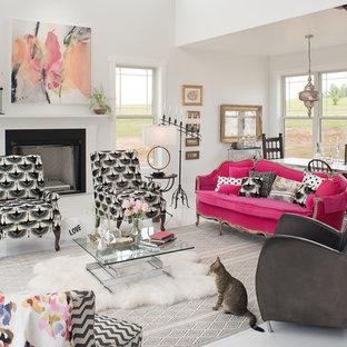 ナッシュビルの巨大なコンテンポラリースタイルのおしゃれなリビングロフト (白い壁、標準型暖炉、テレビなし、白い床、塗装フローリング、木材の暖炉まわり) の写真