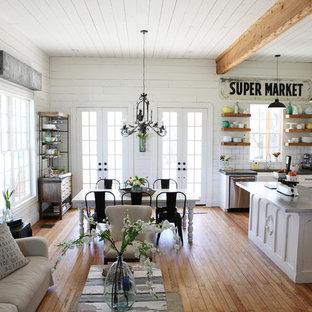Mittelgroßes, Fernseherloses, Offenes Shabby-Chic-Style Wohnzimmer mit weißer Wandfarbe und braunem Holzboden in Austin