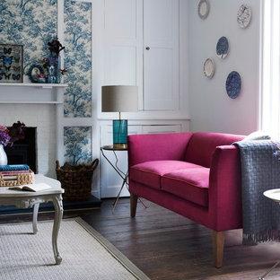 ロンドンの大きいトラディショナルスタイルのおしゃれなLDK (マルチカラーの壁、無垢フローリング、標準型暖炉、レンガの暖炉まわり、テレビなし) の写真