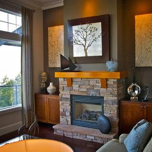 Imagen de salón contemporáneo con paredes marrones, chimenea tradicional y marco de chimenea de piedra