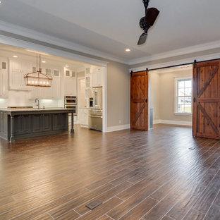 Esempio di un grande soggiorno american style aperto con pavimento in gres porcellanato, sala formale, pareti grigie, camino classico, cornice del camino in mattoni e nessuna TV