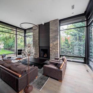 Foto di un grande soggiorno minimalista aperto con sala formale, parquet chiaro, camino classico, cornice del camino in pietra e TV autoportante