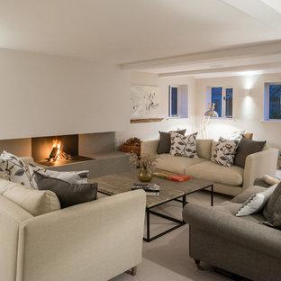 他の地域の大きいカントリー風おしゃれなLDK (白い壁、ライムストーンの床、標準型暖炉、金属の暖炉まわり、白い床、テレビなし) の写真