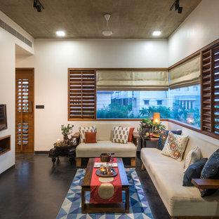 Exemple d'un salon asiatique avec un mur blanc, un téléviseur fixé au mur et un sol gris.