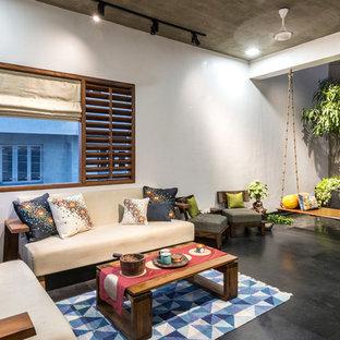 Ispirazione per un soggiorno etnico chiuso con pareti bianche, sala formale e pavimento nero