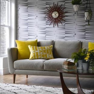 Diseño de salón cerrado, retro, pequeño, sin chimenea y televisor, con paredes grises y suelo de madera en tonos medios