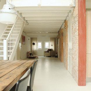 アムステルダムの小さいインダストリアルスタイルのおしゃれなリビング (白い床) の写真